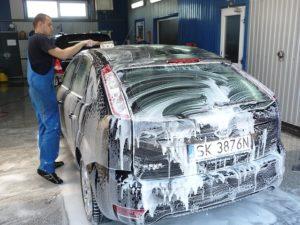 s0-laver-sa-voiture-a-la-main-348709